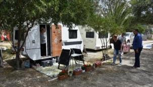 Kapanmada çadır ve karavan seçenler Marmaris'e akın etti.