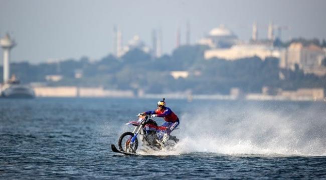 Motokros efsanesi Robbie Maddison, motosikletiyle Boğaz'ı geçti